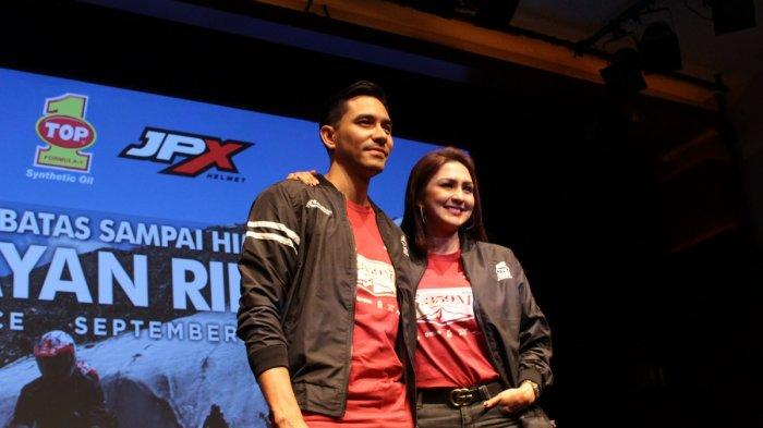 Darius Sinathrya dan Donna Agnesia di pemutaran perdana serial vlog 'Himalayan Ridge'di XXI Lounge Senayan, Jakarta, Kamis (12/9/2019).