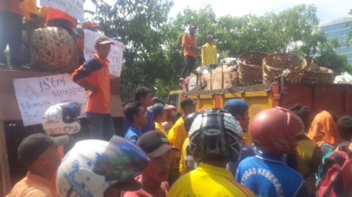 Satu Truk Sampah Ditumpahkan di Gerbang Kantor Wali Kota Pekanbaru