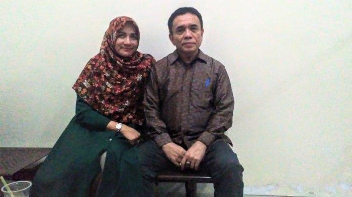 Darwati A Gani bersama sang suami, Irwandi Yusuf, sesaat sebelum Irwandi menjalani sidang di Pengadilan Tipikor Jakarta, Senin (28/1/2019). SERAMBINEWS.COM/FIKAR W EDA