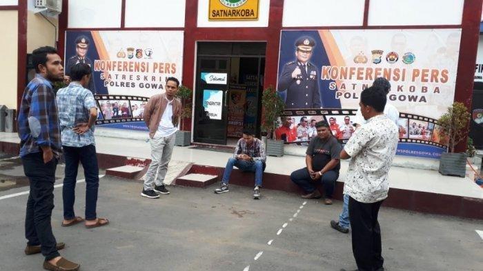 Keluarga korban pengeroyokan datang melapor ke Mapolres Gowa, Jl Syamsuddin Tunru, Kabupaten Gowa, Minggu (23/2/2020).