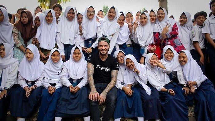 David Beckham berfoto bersama pelajar SMP ketika berkunjung di Indonesia Maret 2018