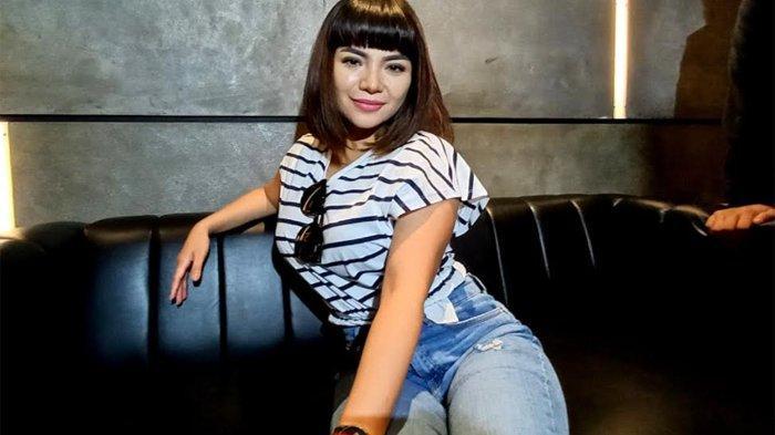 Dion Baru Tahu Wanita Berbikini di Pinggir Jalan itu Dinar Candy Setelah Petugas Satpol PP Datang