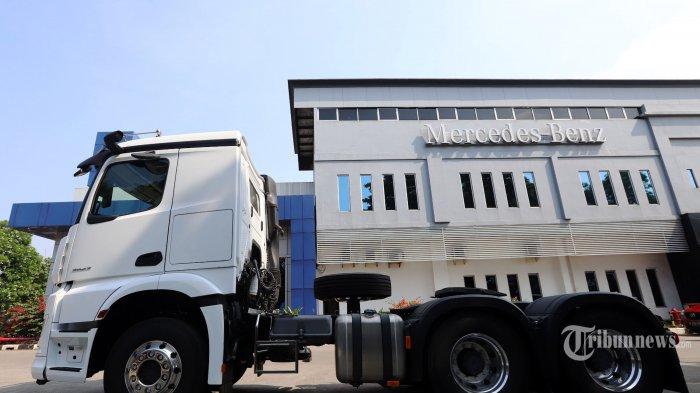 Truk Mercedes-Benz Actros yang dilengkapi dengan inovasi dan fitur terbaru diperlihatkan kepada awak media di PT Alun Indah, Cakung, Jakarta Timur, Rabu (25/8/2021). PT Daimler Commercial Vehicles Indonesia (DCVI) yang telah beroperasi lebih dari 50 tahun di Indonesia menghadirkan inovasi dan fitur terbaru Mercedes-Benz Actros untuk segmen truk di pasar Indonesia yang dilengkapi dengan sejumlah fitur seperti Multimedia Cockpit, MirrorCam, Predictive Powertrain Control, Active Drive Assist 2, Active Brake Assist 5, Lane Keeping Assist, dan Active Sideguard Assist. Dengan sejumlah fitur itu, maka truk yang ditawarkan lewat 17 format itu pun diklaim jadi salah satu truk tercanggih saat ini. Tribunnews/Jeprima