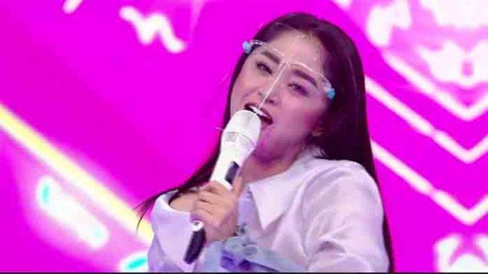 Dewi Perssik Kesulitan Bedakan Kontestan Terbaik di Ajang I Can See Your Voice Indonesia