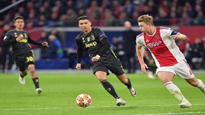De Ligt dan Cristiano Ronaldo berebut bola