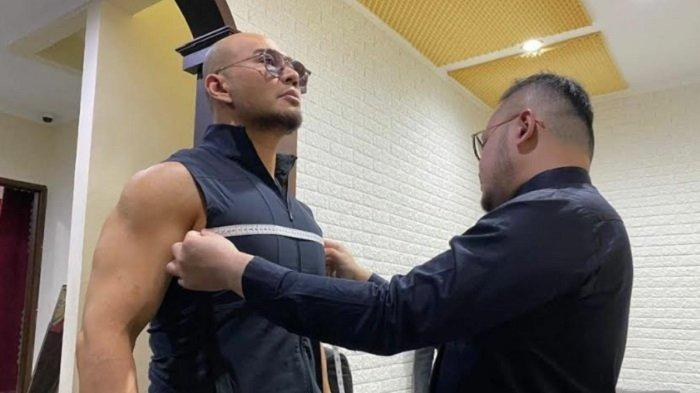 Samuel Wongso saat melakukan pengukuran pakaian untuk setelan jas Deddy Corbuzeir.