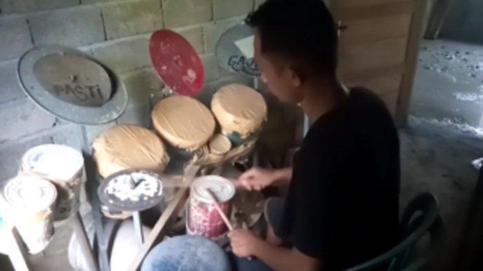 Jagat dunia maya beberapa waktu belakangan dihebohkan video Deden, seorang pria asal Indonesia yang mahir menggebuk drum yang terbuat dari bahan bekas. pria yang belakangan diketahui tinggal di sebuah desa di Provinsi Bengkulu tersebut lalu membetot perhatian eks drumer Dream Theater, Mike Portnoy.