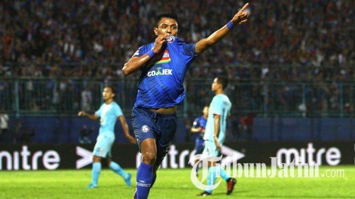 Dedik Setiawan merayakan gol yang dicetak ke gawang Persela Lamongan