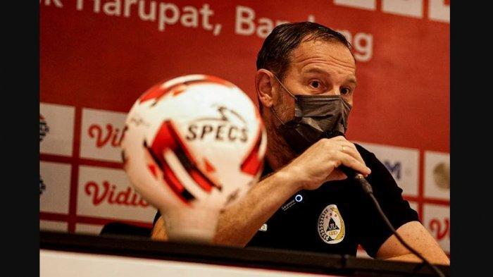 Dejan Antonic pelatih PS Sleman memimpin konferensi pers jelang pertandingan menghadapi Madura United di pertandingan perdana grup C Piala Menpora 2021.