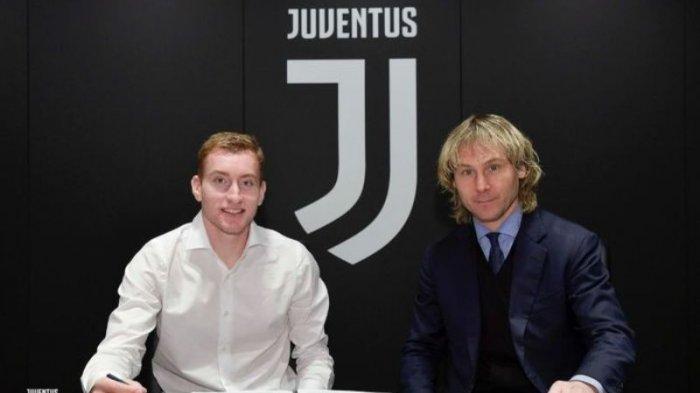 Dejan Kulusevski bersama Pavel Nedved saat menandatangani kontrak baru di Juventus