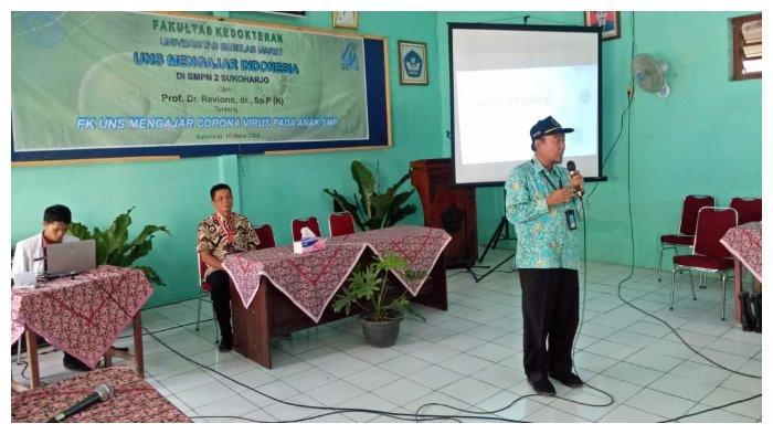 Dekan Fakultas Kedokteran Universitas Sebelas Maret (UNS) Surakarta Reviono memberikan penjelasan materi pencegahan virus corona dalam kegiatan UNS Mengajar Indonesia di SMPN 2 Sukoharjo, Jawa Tengah, Selasa (10/3/2020).