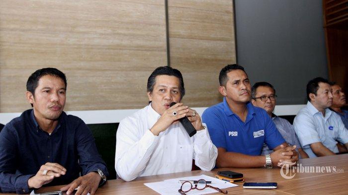 Kordinator Forum Asosiasi Provinsi PSSI, Gusti Randa (kedua kiri) bersama wakil Kordinator Forum Asosiasi Provinsi PSSI, Yunus Nusi (kiri) memberikan keterangan kepada wartawan delam konferensi pers deklarasi forum asprov di kantor PSSI, Stadion Utama Gelora Bung Karno, Senayan, Jakarta, Senin (5/1/2015). Asosiasi Provinsi PSSI mengumumkan pembentukan Forum Asprov PSSI dan menyatakan mosi tidak percaya kepada Menteri Pemuda dan Olahraga Imam Nahrawi serta menolak keberadaan Tim Sembilan. SUPER BALL / FERI SETIAWAN