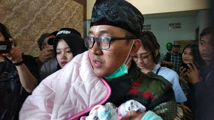 Rizky Febian Tak Sendiri Saksikan Autopsi Jasad Lina, Putri Delina Duluan Datang ke Makam Ibunya