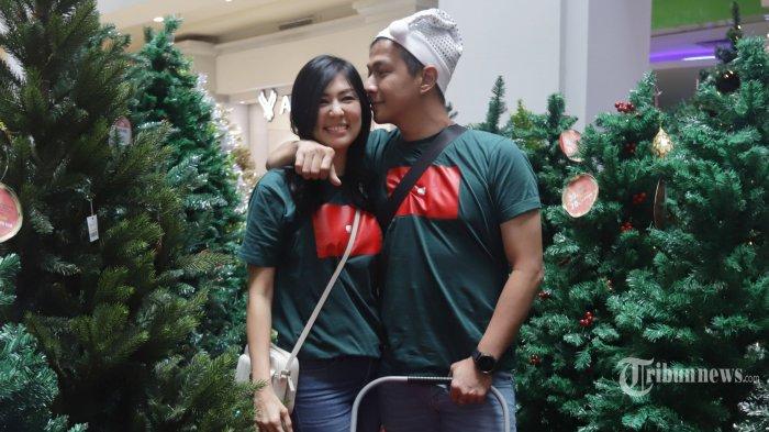 Penyanyi jebolan Indonesian Idol, Delon Thamrin bersama sang istri, Aida Chandra mengunjungi pusat perbelanjaan di Jakarta Utara, Selasa (17/12/2019). Kunjungan Delon dan Aida untuk berbelanja keperluan Natal seperti aksesoris dan kebutuhan lainnya. TRIBUNNEWS/HERUDIN
