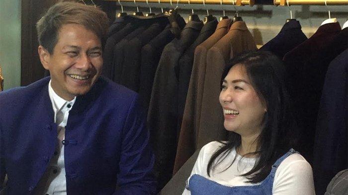 Delon Thamrin dan Aida Chandra di butik Wong Hang Mall Grand Indonesia, MH Thamrin Jakarta Pusat, Selasa (15/10/2019).