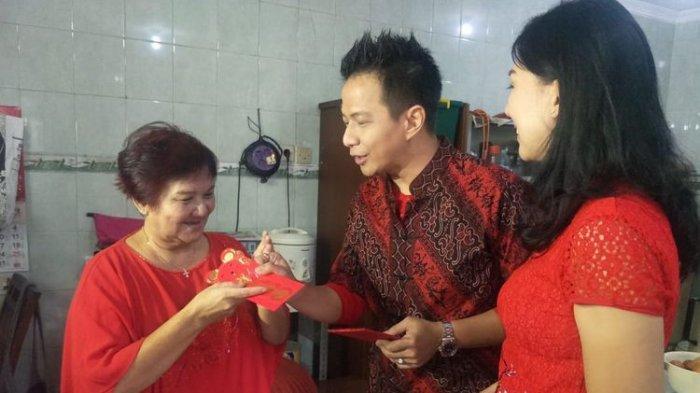 Delon Thamrin dan istrinya Aida Chandra memberikan angpau emas kepada ibunda Delon saat merayakan Imlek di kawasan Kebon Jeruk, Jakarta Barat, Sabtu (25/1/2020).