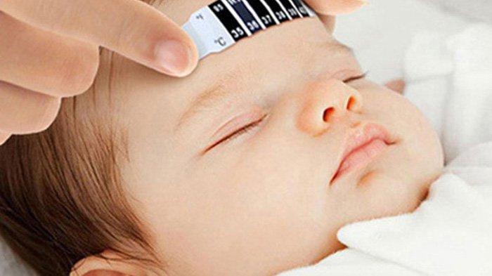 Ilustrasi demam bayi.