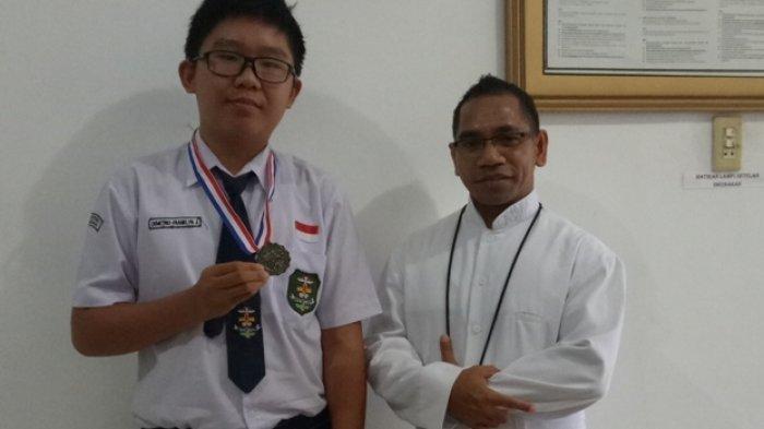Kisah Perjuangan Demetrio, Anak Ojol di Palembang Raih Perak di Kejuaraan Matematika di Singapura