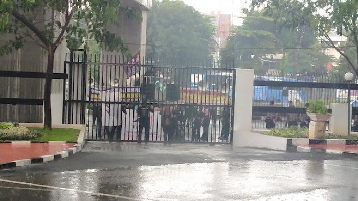 Aksi yang dilakukan PPMI saat hujan deras di depan Gedung Kejaksaan Agung RI Jakarta Selatan, Kamis (18/2/2021)