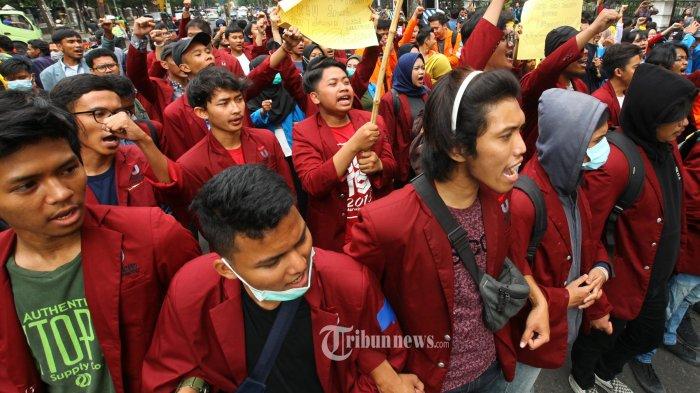 Sejumlah mahasiswa dari berbagai kampus yang tergabung dalam Aliansi Mahasiswa Jawa Barat Menggugat melakukan unjuk rasa di depan Gedung Sate, Jalan Diponegoro, Kota Bandung, Kamis (17/10/2019). Dalam aksinya, mereka menuntut kepada pemerintah untuk menghentikan tindakan represif dan menjamin keselamatan rakyat, mendesak pemerintah untuk mengusut tuntas kematian demonstan dan korban konflik Papua, serta mendesak pemerintah menuntaskan permasalahan kedaulatan rakyat. (TRIBUN JABAR/GANI KURNIAWAN)