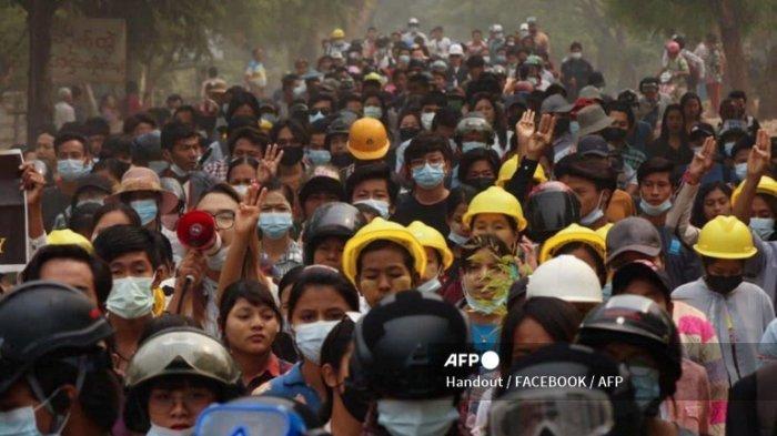 Foto yang diambil dan diterima dari sumber anonim melalui Facebook pada 29 Maret 2021 ini menunjukkan pengunjuk rasa yang mengambil bagian dalam demonstrasi menentang kudeta militer di Monywa, wilayah Sagaing.