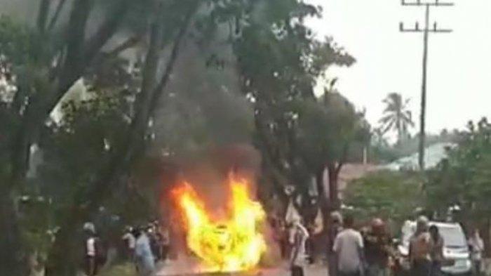 Warga Madina melakukan aksi unjuk rasa terkait bansos yang dianggap tidak transparan dari Kepala Desa.