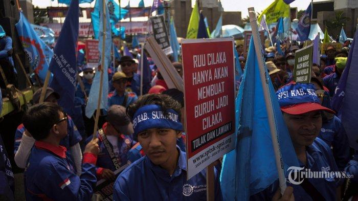 Massa buruh melakukan aksi unjuk rasa menolak Omnibus Law Cipta Lapangan Kerja (Cilaka) di depan Gedung DPR/MPR, Jakarta Pusat, Rabu (12/2/2020). Tuntutan mereka meminta RUU Omnibus Law dibatalkan jika merugikan kelompok buruh mereka pun kecewa karena buruh tidak dilibatkan dalam pembahasan draftnya. Tribunnews/Jeprima
