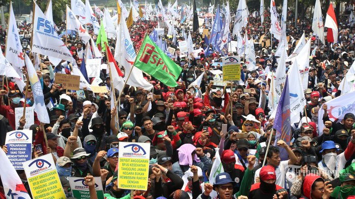 Buruh menggelar aksi di kawasan Senayan, Jakarta, Rabu (2/10/2019). Aksi tersebut untuk menolak revisi UU Ketenagakerjaan, kenaikan iuran BPJS Kesehatan, dan revisi PP No 78 Tahun 2015. TRIBUNNEWS/IRWAN RISMAWAN