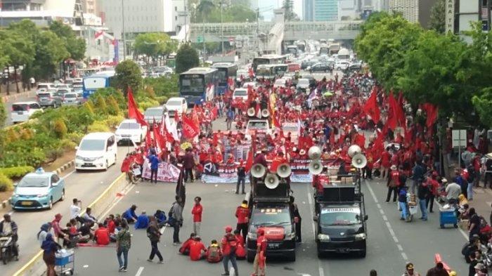 Aksi Demo di Thamrin Tower, Kendaraan Pribadi Terpaksa Melintas di Jalur Busway