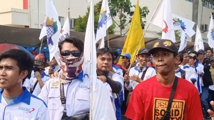 Keseruan Massa Joget Lagu ''Hidup Buruh'' Berbaris dan Menyanyi Bersama