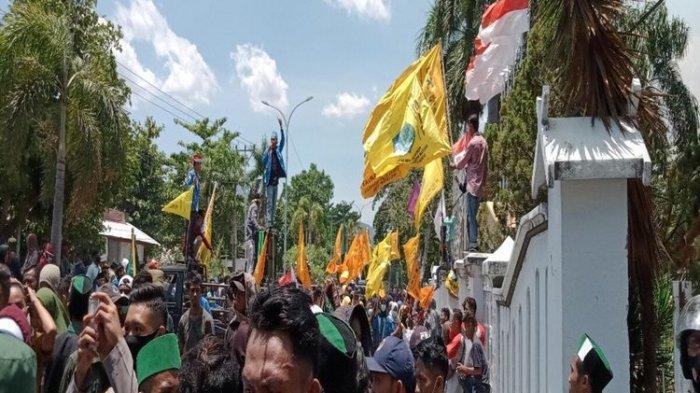 Demo Tolak UU Cipta Kerja di Bima Berlangsung Ricuh, Massa Robohkan Pagar Besi Kantor DPRD