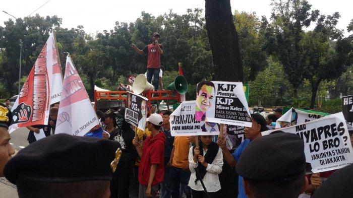 Aksi di Depan Gedung Balai Kota, Orator Salah Nyanyikan Lagu Indonesia Raya