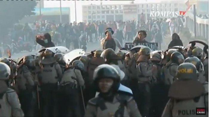 TERKINI Demo di Gedung DPR, Polisi Tembakkan Gas Air Mata, Massa Berhamburan, Ada yang Bertahan