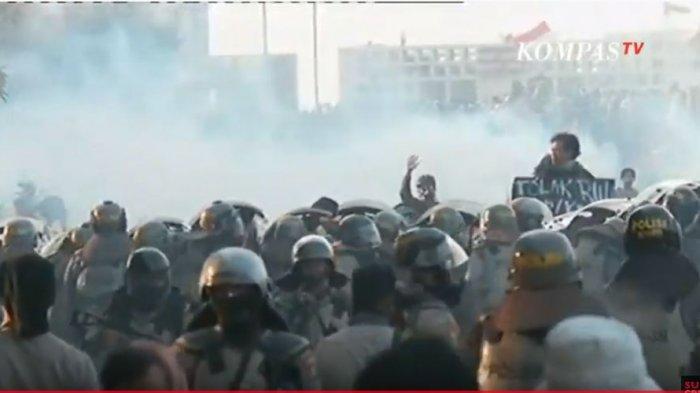 Demo di Gedung DPR, Polisi Tembakkan Gas Air Mata, Massa Berhamburan