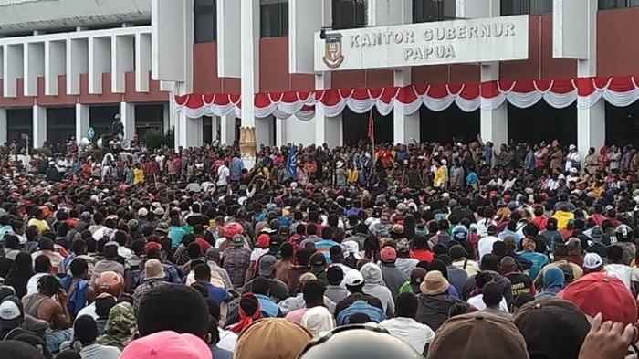 Suasana saat ribuan pendemo ditemui Gubernur Papua Lukas Enembe di Lapangan Apel Kantor Gubernur Papua, Kota Jayapura, Senin (19/08/2019).