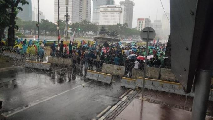 Massa Tolak UU Cipta Kerja Tetap Bertahan Meski Diguyur Hujan Deras