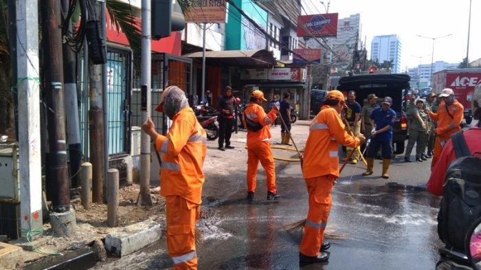 Petugas Gabungan Bersihkan Sisa Gas Air Mata di Palmerah