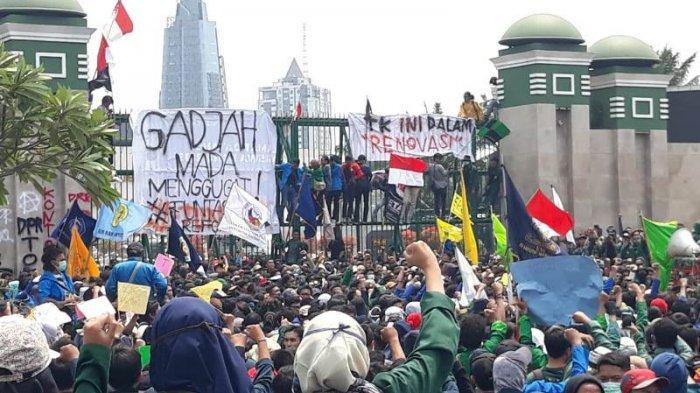 Massa mahasiswa sempat mencoba menerobos pagar Gedung DPR/MPR RI untuk bertemu perwakilan anggota Dewan.