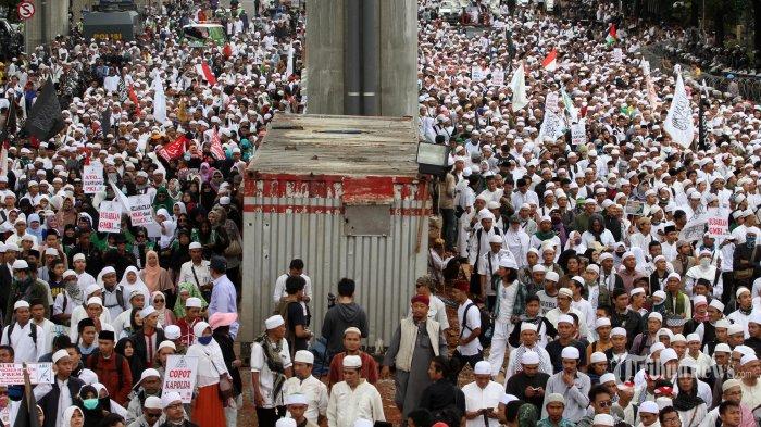 Sejumlah massa dari Front Pembela Islam (FPI) melakukan aksi unjuk rasa di depan Mabes Polri, Jakarta, Senin (16/1/2017). Aksi tersebut digelar untuk mendesak Kapolri Jenderal Pol Tito Karnavian untuk mencopot Kapolda Jawa Barat Irjen Pol Anton Charliyan yang diduga melindungi premanisme dan melakukan kriminalisasi kepada ulama saat terjadi kericuhan di Pemeriksaan Imam Besar FPI Habib Rizieq Syihab di Bandung, Jawa Barat, Kamis (12/1/2017). TRIBUNNEWS/IRWAN RISMAWAN