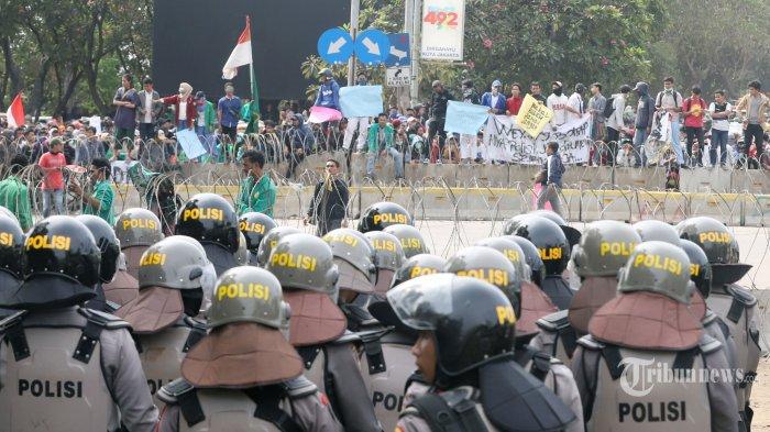 Tak Lagi dengan Batu, Mahasiswa di Sulawesi Tenggara Lempari Polisi dengan Kotoran