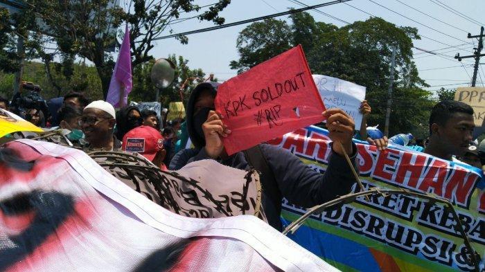 Demo mahasiswa di depan Gedung DPRD Surakarta, Selasa (24/9/2019).