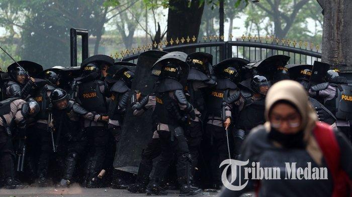 Petugas kepolisian terlibat bentrok dengan mahasiswa saat berusaha membubarkan aksi unjuk rasa di depan DPRD Sumut, Medan, Selasa (24/9/2019). Mahasiswa tersebut menyampaikan aspirasi menolak revisi UU KPK dan RUU KUHP.