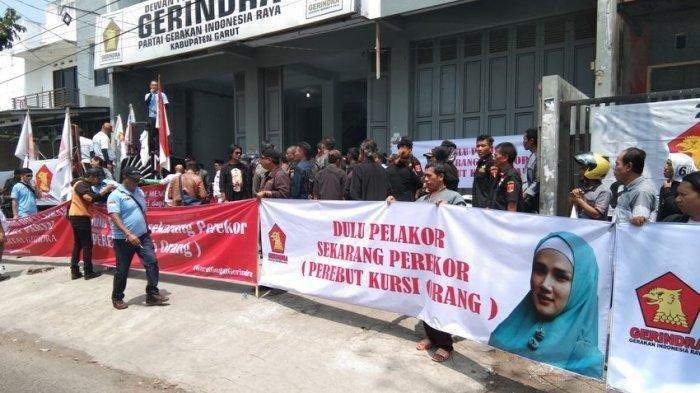 Kader Partai Gerindra Kabupaten Garut menggelar demontrasi di Kantor DPC Partai Gerindra Garut, Jalan Proklamasi terkait diberhentikannya dua kader Gerindra oleh DPP Partai Gerindra, Senin (23/9/2019). (