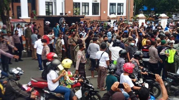 Aksi Demo Tolak PPKM di Ambon Berakhir Saling Dorong, Belasan Mahasiswa Diamankan
