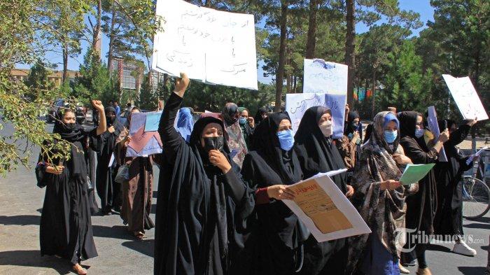 Perempuan Afghanistan membawa poster saat ikut dalam protes di Herat pada 2 September 2021. Para perempuan Afghanistan yang mengadakan protes langka pada 2 September mengatakan mereka bersedia menerima burqa yang mencakup semua jika putri mereka masih bisa pergi ke sekolah di bawah pemerintahan Taliban. AFP/STR