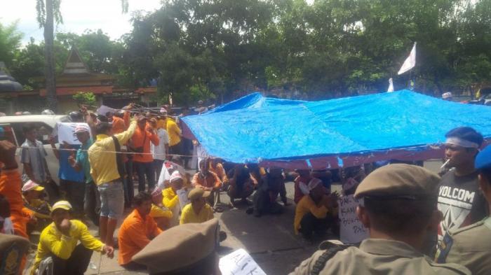 Pekerja Kebersihan Dirikan Tenda Minta Wali Kota Pekanbaru Cairkan Gaji