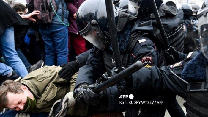 Pengunjuk rasa bentrok dengan polisi anti huru hara selama unjuk rasa untuk mendukung pemimpin oposisi yang dipenjara Alexei Navalny di pusat kota Moskow pada 23 Januari 2021. Navalny, 44, ditahan Minggu lalu setelah kembali ke Moskow setelah lima bulan di Jerman memulihkan diri dari keracunan yang hampir fatal. agen saraf dan kemudian dipenjara selama 30 hari sambil menunggu persidangan karena melanggar hukuman percobaan yang dijatuhkan pada tahun 2014.