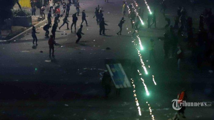 Bentrok massa dengan aparat keamanan masih berlangsung hingga larut malam di kawasan Slipi, Jakarta Barat, Rabu (25/9/2019). Sebelumnya, aksi unjuk rasa yang didominasi pelajar STM dengan agenda yang tidak jelas itu berakhir ricuh. Tribunnews/Jeprima