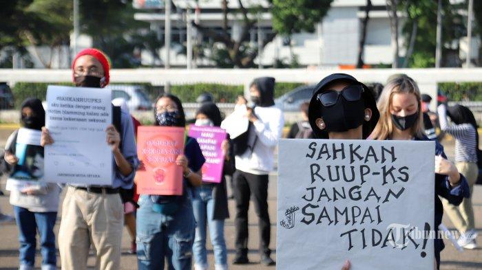 Puluhan wanita saat menggelar aksi unjuk rasa mengenai rancangan undang-undang penghapusan kekerasan seksual (RUU PKS) di depan gedung DPR, Jakarta Pusat, Selasa (7/7/2020). Pada aksi tersebut mereka meminta untuk segera mengesahkan RUU PKS. Tribunnews/Jeprima