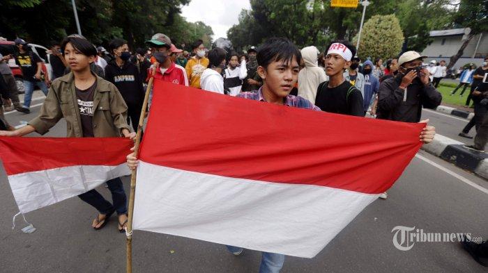 Massa dari buruh, mahasiswa, dan pelajar berdemonstrasi di sekitar bundaran patung kuda, Jakarta Pusat, Selasa (20/10/2020). Mereka berdemonstrasi untuk memperingati setahun kinerja pemerintahan Jokowi-Maruf Amin dan menolak Omnibus Law UU Cipta Kerja. Tribunnews/Herudin